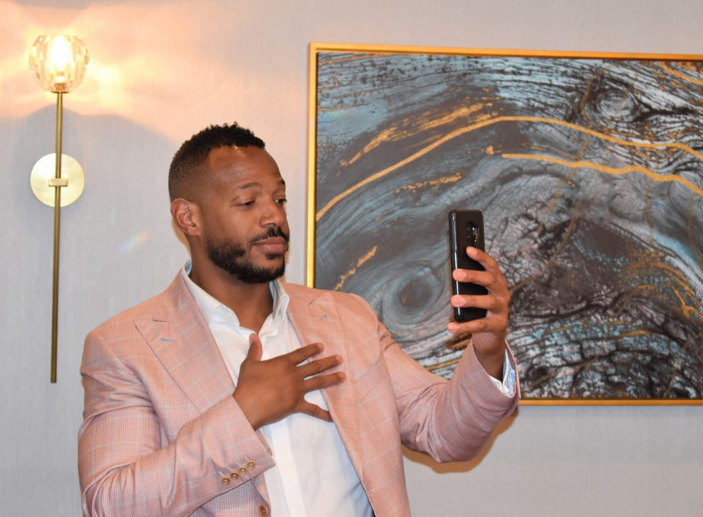 Marlon Wayans visits with Journalist in Philadelphia and records a video.