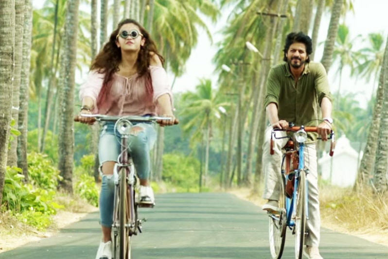 alia-bhatt-cycles-with-the-optomerists-equipment-while-srk-smiles-benignly