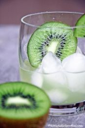 Kiwisirup auf Martini