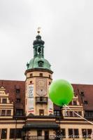 Grüner Luftballon vor Leipzigs Rathaus