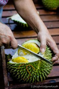 Hier wird die Durian erstmal aufgeschnitten