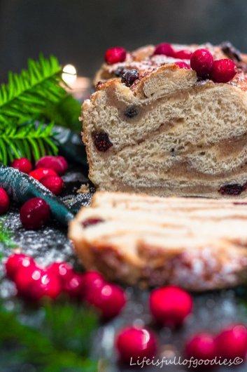 Weihnachtsbrioche mit Marzipan, Nüssen und Cranberries