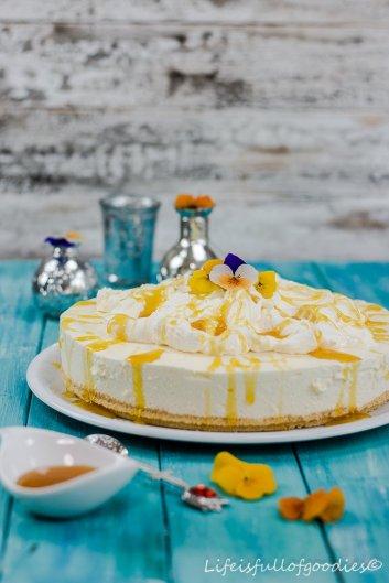 Fluffige Passionsfrucht-Käsesahne-Torte mit Maracujasirup