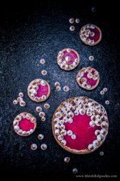 Käsekuchen mit Erdbeer-Rhabarbertopping und Baiser –