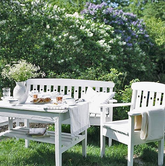 место отдыха в саду или на даче обеденный стол