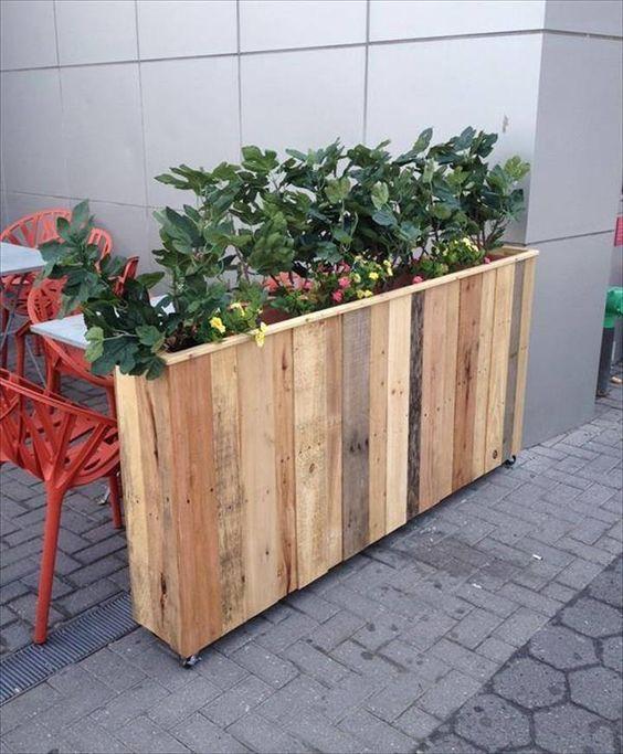 Высокий деревянный ящик для цветов