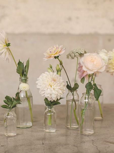 Цветы в небольших бутылочках