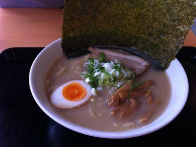 麺屋義次の「らーめん」のスープ。コッテリ(*゚∀゚)