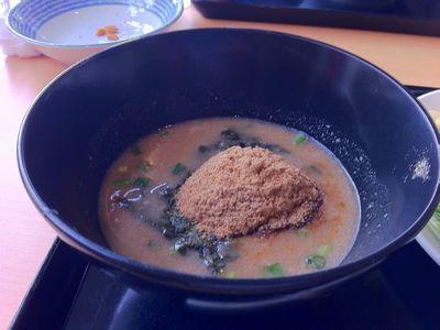 麺屋義次の「特濃らーめん」のスープ。魚粉がアクセント!