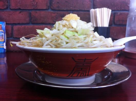 【柏崎】がっつり食堂ドカメン「子豚ラーメン」(680円)の真横写真