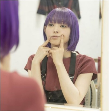 鏡を見ながら口角を上げる最上もが