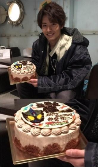 ケーキを掲げる赤楚衛二