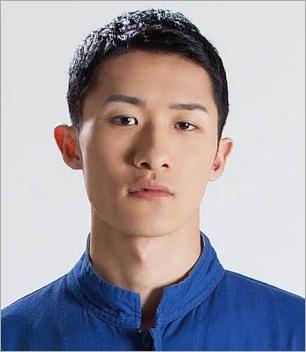 青いシャツ着た岩本照