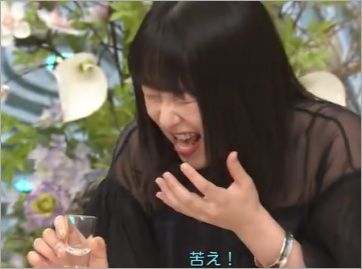 健康茶を飲む桜井日奈子