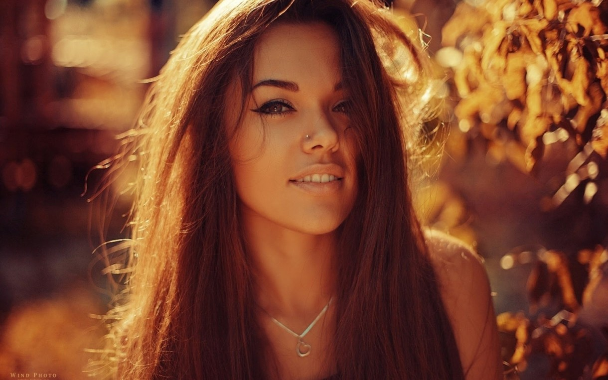 Girl_with_Heart_Shaped_Necklage_Sunshine_HD_Desktop_Wallpaper-HidefWall.Blogspot.Com-