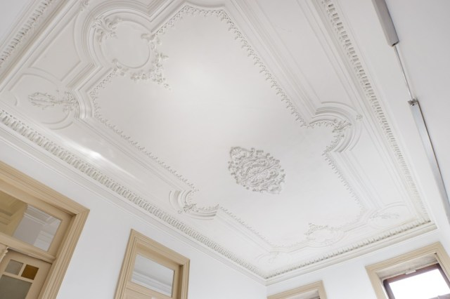 Ceiling with decorative plaster
