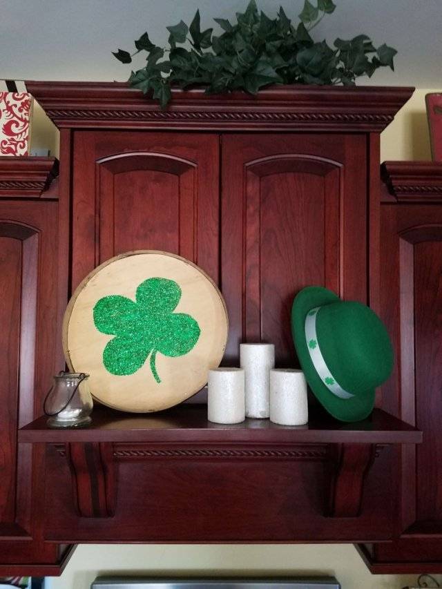 Love this small kitchen mantel decorated for St. Patrick's Day! So cute and easy!