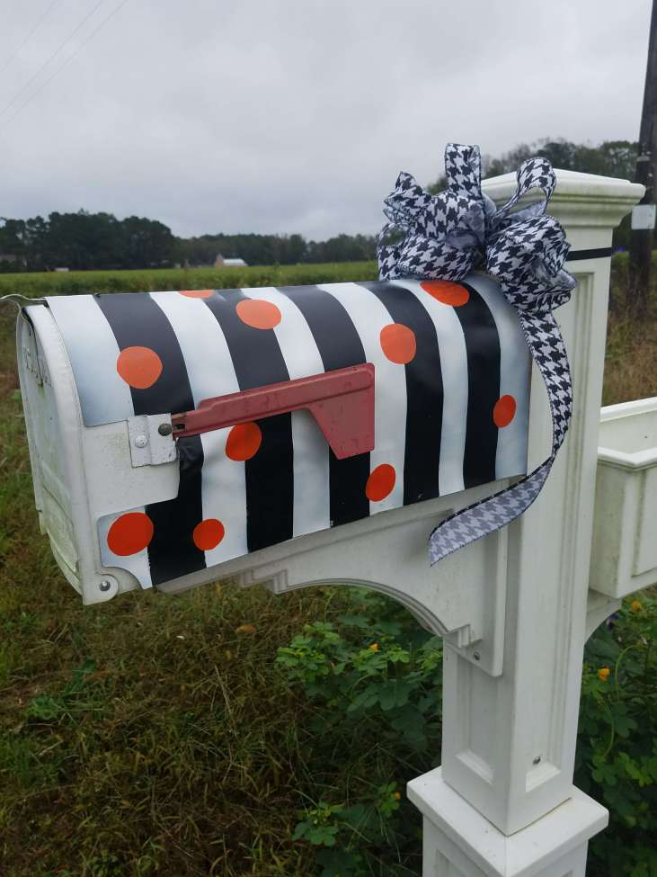 I love this adorable little mailbox cover that she painted with spray paint and added orange vinyl. Quick and easy DIY project!