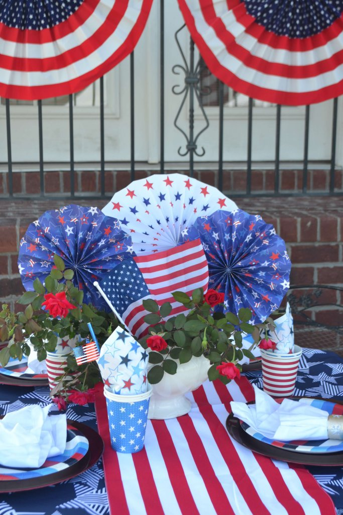 Love this adorable patriotic table setting! Perfect for July 4th!
