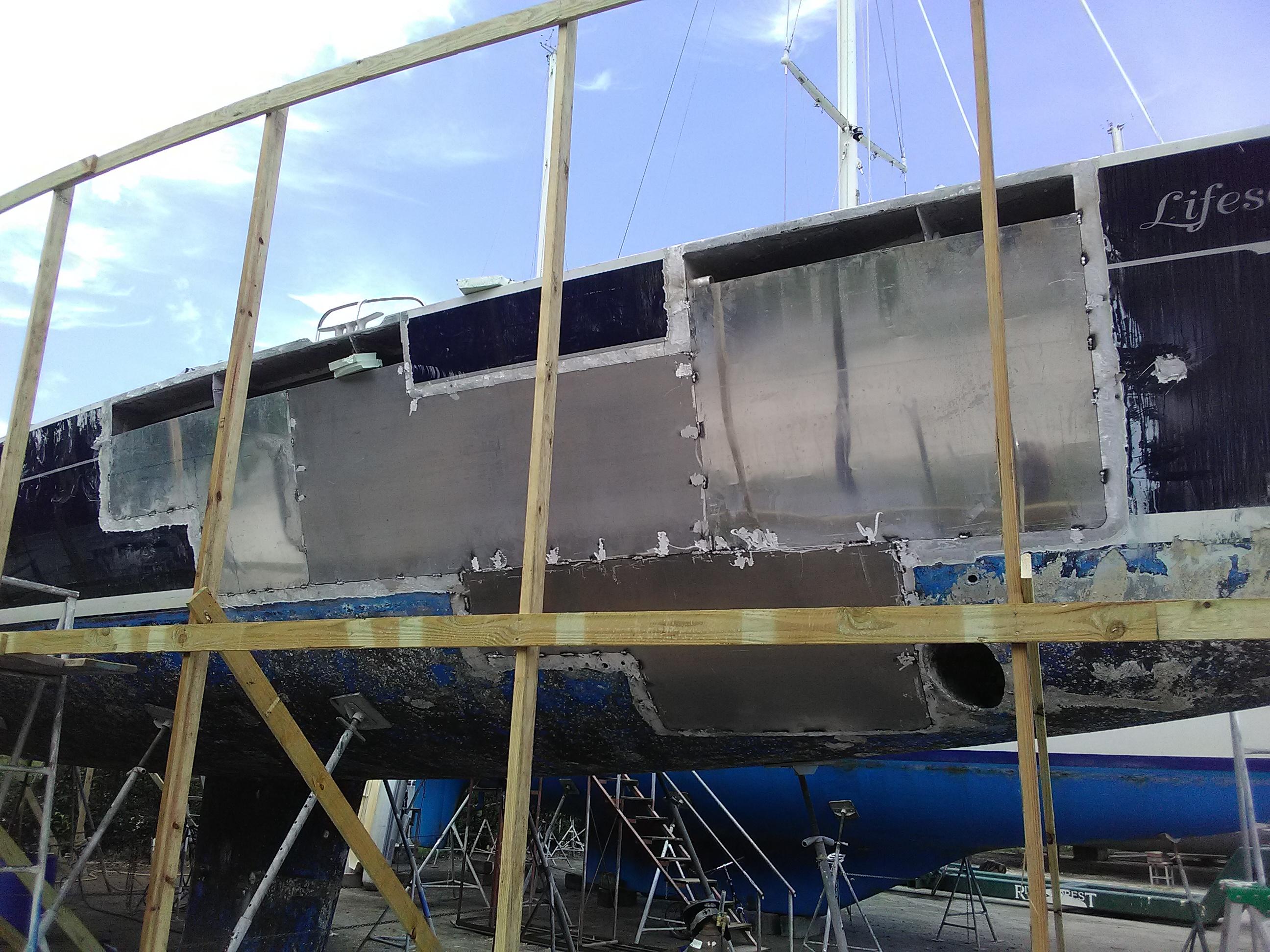 Les nouvelles plaques d'aluminium installé sur le bateau