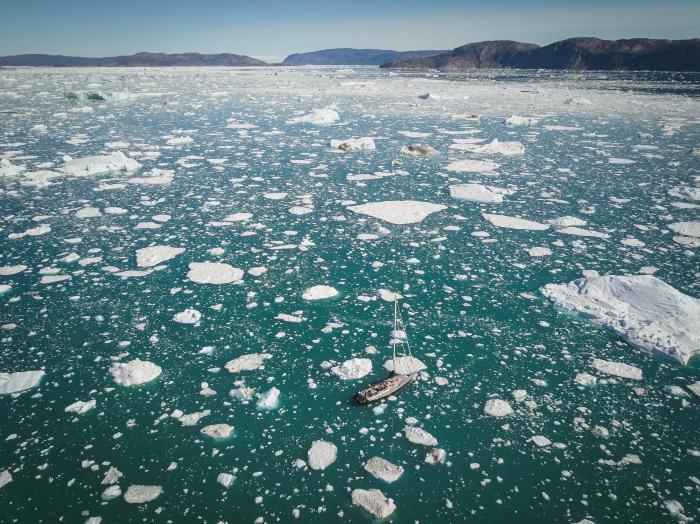 Le bateau au milieu des glaces