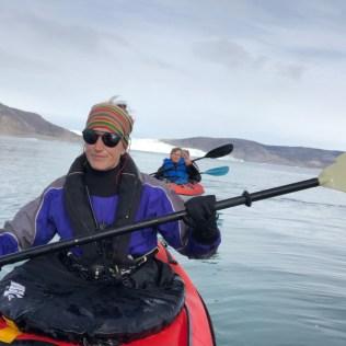 Emmanuelle en kayak dans un fjord groenlandais