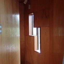 階段の採光の鍵型窓