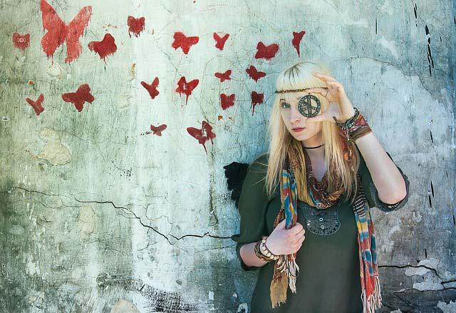 hippie-dame-mit-franzen-tuch