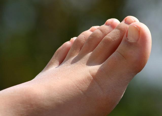 足の親指にしびれがあるときに考えられる原因と治すための方法5つ
