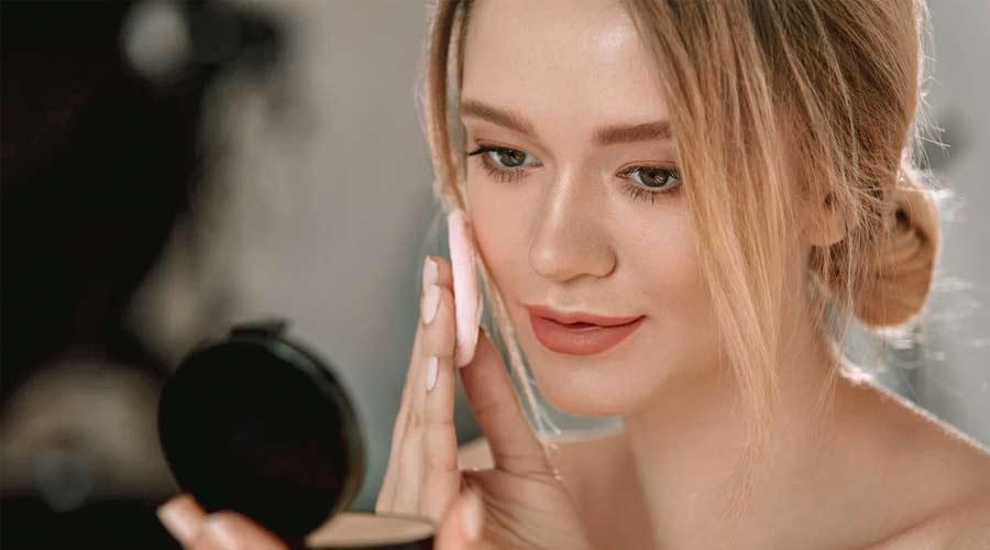 Rekomendasi Bedak Padat Lokal untuk Makeup Tahan Lama