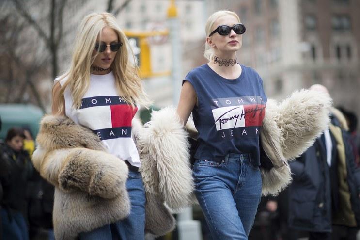 shea-marie-caroline-vreeland-tommy-hilfier-t-shirts-90s-trend-street-style