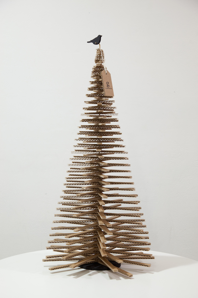 Albero di Natale realizzato con strisce di cartone, o i classici bastoncini da ghiacciolo.