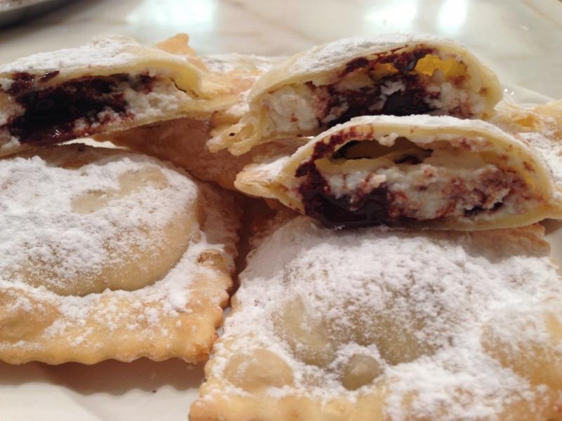 Ravioli fritti con ricotta e cioccolato dolci tipici del Carnevale