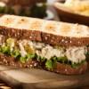 Ricette veloci e light: panino con insalata di tonno, ideale per una pausa pranzo