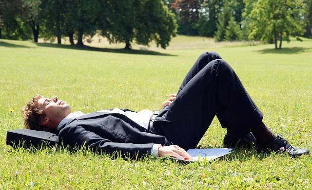Geschäftsmann entspannt in der Mittagspause im Park