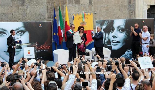 Luigi De Magistris conferisce la cittadinanza onoraria a Sophia Loren