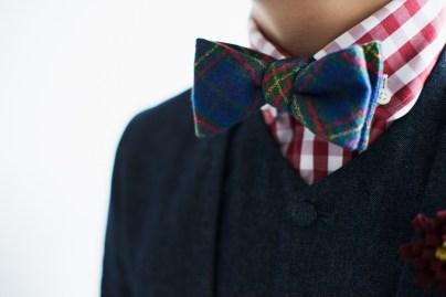 デニムスーツにギンガムチェックのシャツと蝶ネクタイをコーディネート|lifestyleorder