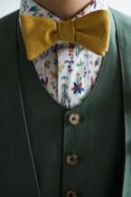 黄色の蝶ネクタイと柄物のシャツを合わせたカジュアルな新郎衣装スタイル lifestyleorder