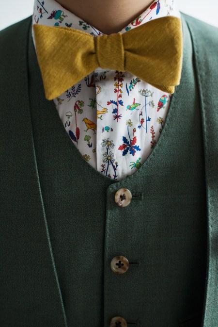 黄色の蝶ネクタイと柄物のシャツを合わせたカジュアルな新郎衣装スタイル|lifestyleorder