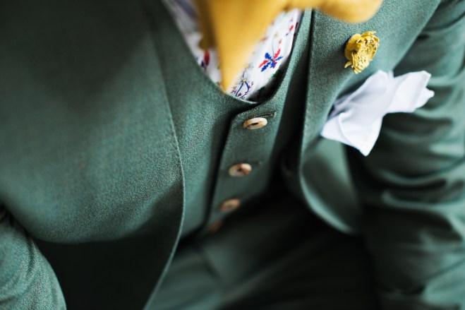 蝶ネクタイやシャツに至るまで全てカジュアルにコーディネートしたノーカラータイプの新郎衣装|lifestyleorder