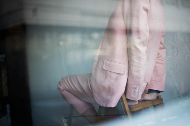 白の貝釦をあしらったレディースのノーカラーセットアップスーツ lifestyleorder