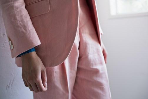 大きく弧を描いた曲線が美しいノーカラーのレディースオーダースーツ|lifestyleorder