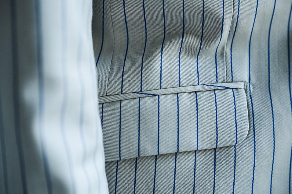 腰ポケットにはフラップが付いたレディースノーカラータイプのオーダースーツ|lifestyleorder