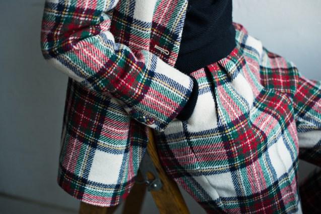 ツータックテーパードスタイルのパンツで合わせたレディースノーカラースーツ|lifestyleorder