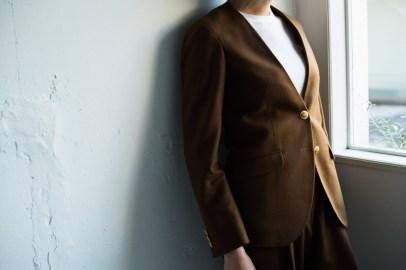 ブラウンノーカラースーツ