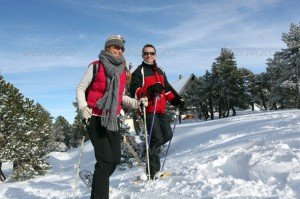 couple-walking0in-snowshoes