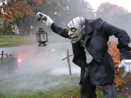 creative-outdoor-halloween-decorations