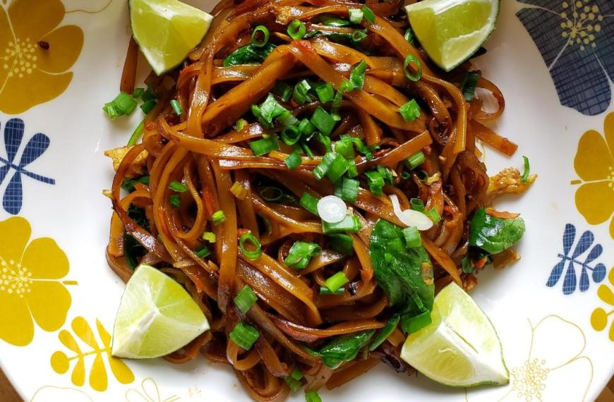 Vegetarian Pad Thai with Carrots and Spinach