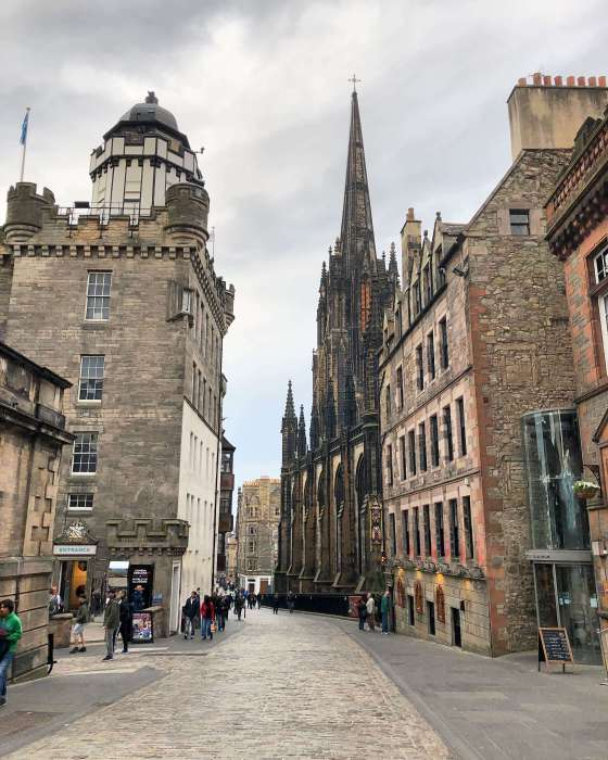 image of the royal mile in edinburgh, close to edinburgh castle
