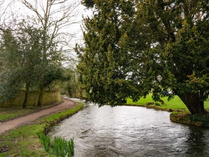 path along the river eye in lower slaughter cotswolds